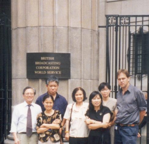 Trước đài BBC, Luân Đôn Hàng trước: Từ Nguyên, Lê Phan, Minh Đức Hoài Trinh, Ngọc Anh, giám đốc chương trình BBC tiếng Việt (không nhớ tên) Hàng sau: Xuân Hồng, Nguyên Hương