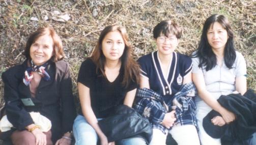từ trái: Minh Đức Hoài Trinh, Tố Uyển và Nguyên Hương, Ngọc Anh, Scotland 1997