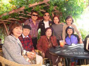 Từ trái sang phải hàng ngồi: Xuân Trang, MC Ngọc Phu, Thùy Linh, Cát Phương và hàng đứng từ trái: Trần Quốc Bảo, Thành và 2 người đẹp