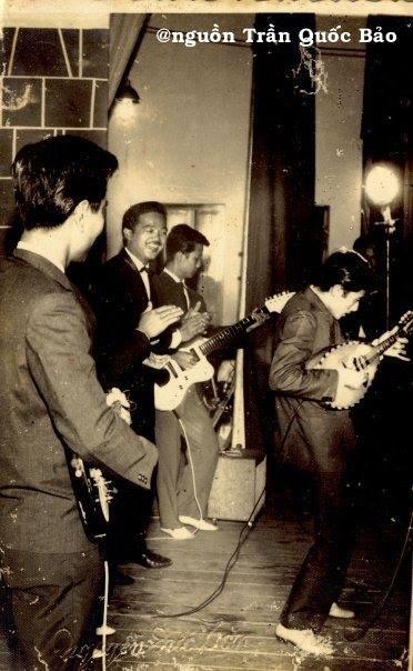 Ảnh chụp tháng 7 năm 1957 tại rạp Thống Nhất với Nguyễn Long, Lê Duyên (mandolin), Ngọc Minh Hà, Khánh Băng, Huỳnh Hoa (Saxo). Hình này do con trai NS Ngọc Minh Hà tặng TQB hồi tháng 2 năm 1996