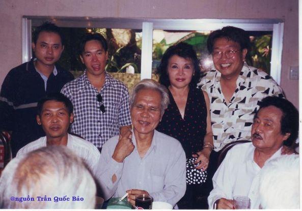 Hàng đứng từ trái sang phải: Nhạc sĩ Đỗ Quang (con trai NS Viết Chung), MC Thanh Hải, ca sĩ Trúc Mai, TQB và hàng ngồi: Thịnh, NS Khánh Băng và NS Tòng Sơn chụp ngày 15 tháng 6 năm 2000