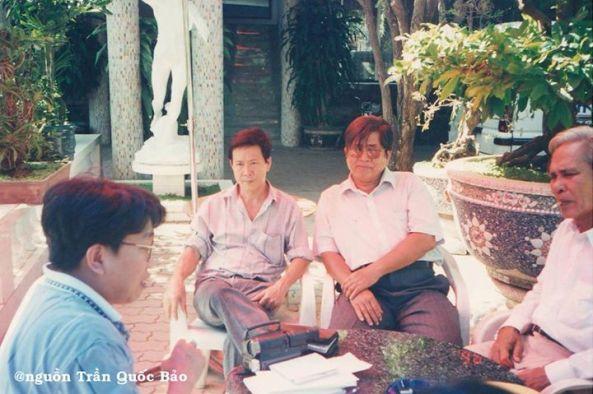 Từ trái sang phải: Trần Quốc Bảo, Nguyễn Vũ (Bài Thánh Ca Buồn), Hà Phương (Em Về Miệt Thứ), Khánh Băng (Sầu Đông) chụp tại Khách sạn Hương Việt tháng 2 năm 1996