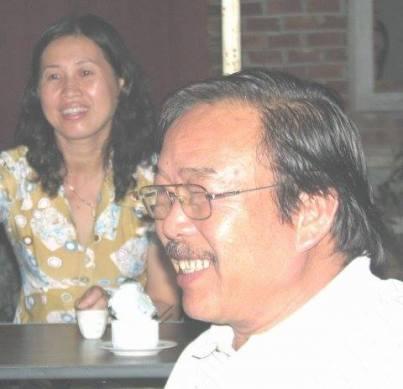 Nhạc sĩ, thi sĩ Đynh Trầm Ca cùng vợ Mã Thu Giang chụp tại Thạch Trúc Viên