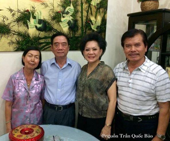Vợ chồng nhạc sĩ Nguyễn Văn Đông chụp hình lưu niệm với vợ chồng Giao Linh, cô học trò thương yêu từ năm 1965.