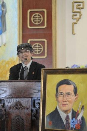 Họa sĩ Vi Vi nói về kỷ niệm với nhà văn Nguyễn Trường Sơn. (Hình: Văn Lan/Người Việt)