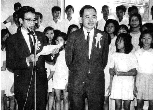 Nhà văn Nhật Tiến giới thiệu ông Nguyễn Hùng Trương%0Atrong buổi ra mắt tuần báo Thiếu Nhi