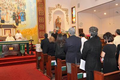 Thánh lễ cầu nguyện cho nhà văn Nguyễn Trường Sơn. (Hình: Văn Lan/Người Việt)