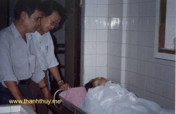 Nhạc sĩ Thanh Sơn và Trần Quốc Bảo là người có mặt đầu tiên khi nghe tin nhạc sĩ Trúc Phương qua đời. Ảnh chụp ngày 18 tháng 9 năm 1995