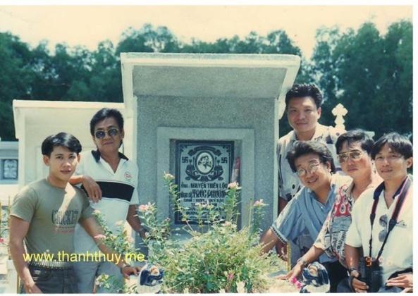 Cuối cùng thì mộ phần của nhạc sĩ Trúc Phương được xây lên rất khang trang. Trong ảnh, từ trái là ca sĩ Mai Tuấn, nhạc sĩ Mặc Thế Nhân, Giao (chồng Yến Khoa), Trần Quốc Bảo, nhạc sĩ Tám Bến Tre, nhạc sĩ Trần Thái Học chụp năm 1998