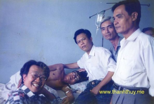 Ngày 26 tháng 4 năm 1994, các anh Thanh Sơn, Vinh Sử, Hoàng Trang, Tám Bến Tre và Trần Quốc Bảo đến bịnh viện thăm NS Trúc Phương.. Hai anh em lần đầu gặp nhau tay bắt mặt mừng.