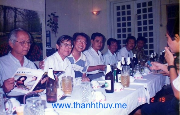 Từ trái: Ngọc Sơn, Trúc Phương, Trần Quốc Bảo, Thanh Sơn, Hoài Nam, Hàn Châu, Vinh Sử. Ảnh chụp tháng 2 năm 1995 tại quán 26 Đồn Đất. Chỉ 7 tháng sau, Trúc Phương lìa trần