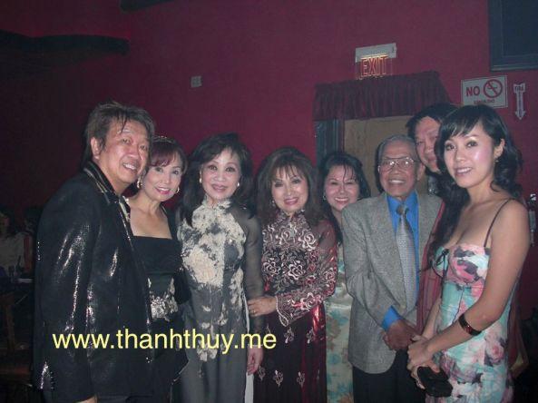 Từ trái: Trần Quốc Bảo, Diễm Hương, Thanh Thúy, Như Hảo, 1 cô, NS Lê Văn Thiện, Duy Quang, Yến Xuân trong đêm vinh danh NS Lê Văn Thiện ngày 14 tháng 8 năm 2008