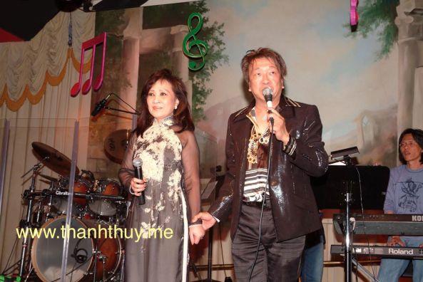 Trần Quốc Bảo giới thiệu ca sĩ Thanh Thúy nói vài lời trong đêm vinh danh nhạc sĩ Lê Văn Thiện ngày 14 tháng 9 năm 2008