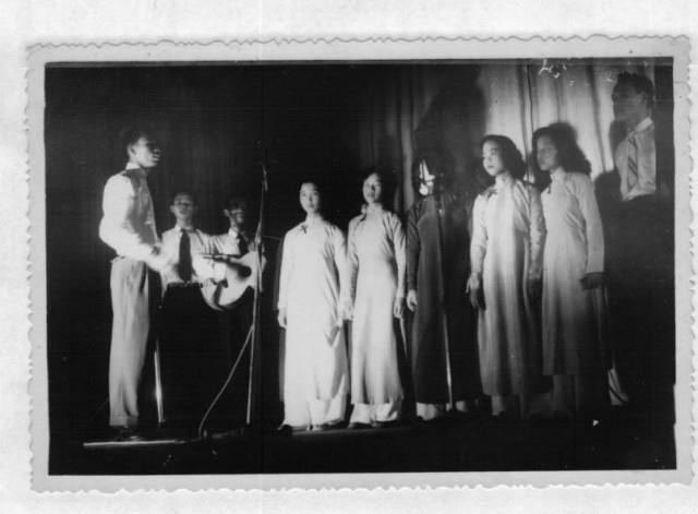 BS Phạm Vận, NS.Dương Hồng Duyệt, NS. Cung Tiến ( đánh guitar) và các học sinh Sài Gòn.