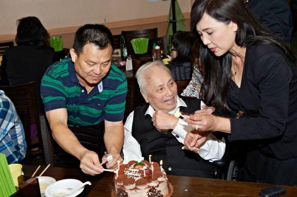Anh Lý (chủ nhân Hàng Me) và ca sĩ Ngọc Đan Thanh chuẩn bị nến cho phần cắt bánh sinh nhật của nhạc sĩ Lam Phương