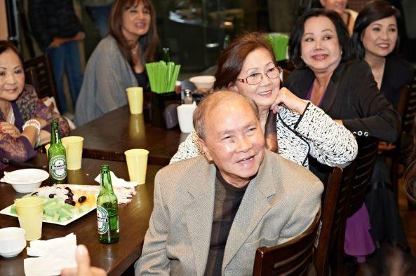 Vợ chồng nhạc sĩ Phương Đại và rất đông nghệ sĩ cảm động khi Ban Tổ Chức cho chiếu lại bài hát Video Phương Đại và Phương Hồng Quế hát trên Đài Truyền Hình Saigon năm 1971. Trong ảnh còn có Mỹ Phương, Carol Kim, Kiều Phượng Loan, Ngọc Đan Thanh.