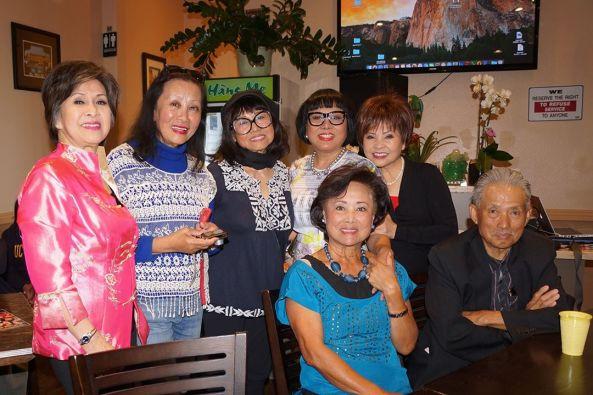 Từ trái Phượng Khanh, Uyên Ly, Mỹ Hòa, Cát Phương, Connie Kim và hàng ngồi là vợ Anh chị Từ Thành - Mai Trinh