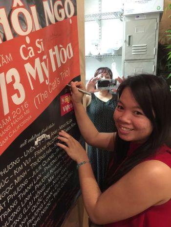 Trinh (chủ nhân Hàng Me) ký lưu niệm trên banner