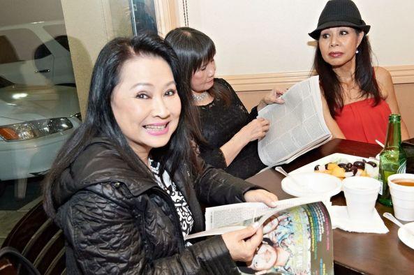 Trang Thanh Lan, Ngọc Minh, Phượng Linh đang đọc báo Thế Giới Nghệ Sĩ