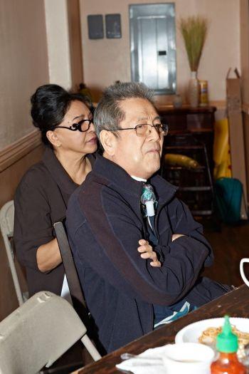 Julie Quang và Minh Phúc ngồi say mê thưởng thức