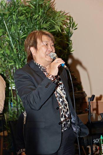 Đúng 7 giờ 30, Trần Quốc Bảo lên khai mạc chương trình, và người được mời lên đầu tiên, chính là ca sĩ Mỹ Hòa, nhân vật chính hôm nay.