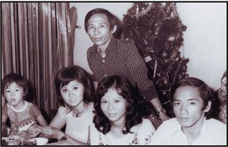 NS Nguyễn Ánh 9 tươi vui trong tiệc tại nhà mừng ngày sinh nhật 1 tháng 1 năm 1974. Từ trái hàng ngồi: Nguyễn Đình Quang Anh (hơn 3 tuổi), Thanh Mai, Nogc Hân và một nhạc sĩ