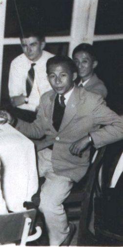 Nhạc sĩ Nguyễn Ánh 9 vào thời điểm 1956/57 trong một buổi tiệc tại trường Lycee Đà Lạt.