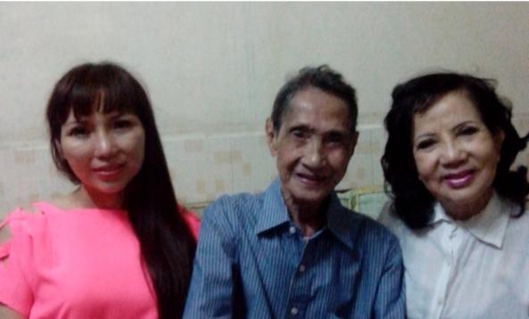 Từ trái: Ca sĩ Cẩm Như, nghệ sĩ Tuấn Đăng, nghệ sĩ Giang Kim chụp ảnh lưu niệm ngày 12 tháng 12 năm 2015 nhân dịp tuần báo Thế Giới Nghệ Sĩ nhờ chuyển những món quà tương trợ từ Mỹ về