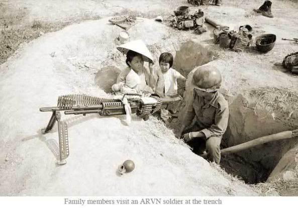 Vợ lính dắt con thăm chồng ở chiến hào