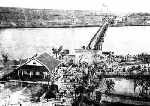 Cây cầu Hiền Lương chia đôi đất nước năm 1954.