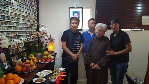 Lễ cầu siêu Bác Nguyễn Hiệp tuần lễ thứ 6 tại chùa Liên Hoa ngày Chủ nhật 31 tháng 7 năm 2016. Từ trái sang phải: Trần Quốc Bảo, Bác sĩ Nguyễn Hùng (con trai lớn của Bác Hiệp), Bác Nhung, Ông Thụy Như Ngọc
