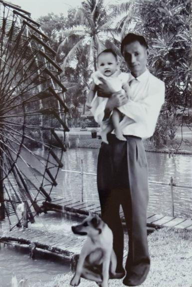 Ông Tư Thiêm chụp năm 1958 với bé Huyền (cháu nội, trưởng nữ của bác Hiệp và Nhung)