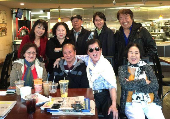 Hàng đứng từ trái sang phải: Phương Hồng Quế, 2 thân hữu, Ông Thụy Như Ngọc, TQB và hàng ngồi từ trái: vợ chồng Phương Đại, vợ chồng Thanh Phong hội ngộ tại Quận Cam ngày 25 tháng 12 năm 2016