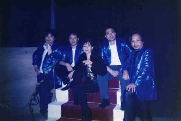Ca sĩ Thiên Nga và ban nhạc Las Vegas chụp năm 1987. Từ trái sang phải: Kok (nhạc sĩ guitar người Hoa), Albert (Bass - chồng Thiên Nga), Thiên Nga, Ty (trống, người Thái) và Tuon (keyboard, người Miên)