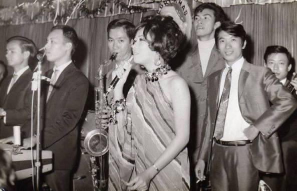 Từ trái: Nhạc sĩ violin Đào Duy Tình, nhạc sĩ Lê Vũ (Chấn), nhạc sĩ Sính (Saxo), Thiên Nga, Công Thành, Paolo, Hưng (guitare) tại phòng trà Baccara những năm 1966-1967