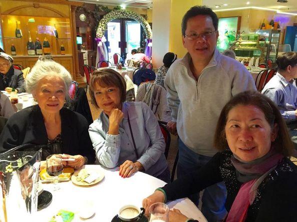 Từ trái: Chị Alice Fabre (chị lớn của Thiên Nga), chị Danielle Nguyen (Nguyễn Thị Tuyết Hồng), nhạc sĩ Albert Tambicannou (chồng TN) và ca sĩ Thiên Nga chụp năm 2014