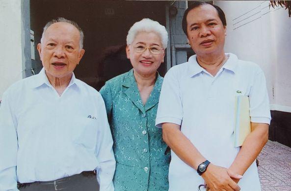 Từ trái qua ông Hiệp, bà Nhung (vợ ông Hiệp), ông Tiến (con trai út)