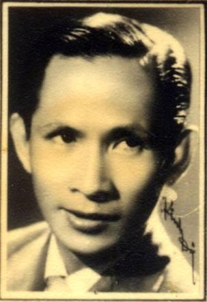Bức ảnh năm 1956, lúc này nổi tiếng tại Đài phát thanh Pháp Á, và tại Huế qua vai trò là ca sĩ Châu Kỳ