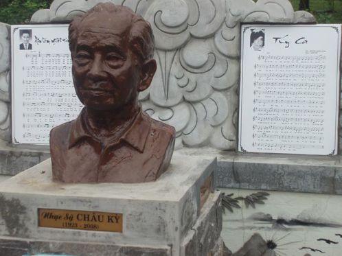 Nơi mộ nhạc sĩ Châu Kỳ có in bài nhạc Túy Ca với hình của thi sĩ Trương Minh Dũng trên bản nhạc.