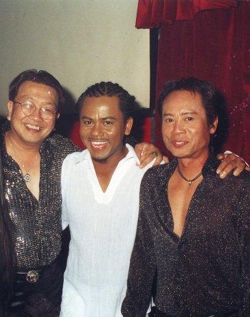 Những bức ảnh thân thiết của Trần Quốc Bảo, Anh Tú, Quốc Việt được chụp tại vũ trường Majestic tháng 11 năm 2003 thật vui.. nhưng chỉ vài tuần sau, Anh Tú qua đời để lại nỗi buồn thật sâu lớn.