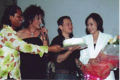 Quốc Việt, Carol Kim, Huỳnh Lân cắt bánh chúc mừng sinh nhật chị Bích Loan tại Majestic trong đêm Thương Hoài Ngàn Năm do Trần Quốc Bảo tổ chức tháng 7 năm 2006