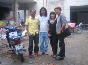 Lưu Quốc Việt, Trần Quốc Bảo ghé thăm vợ chồng Cẩm Vân tháng 12 năm 2005 lúc đó nhà của đôi nghệ sĩ này còn đang lúc xây dựng