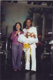 Quốc Việt tặng hoa cho mẹ nuôi là chị Nguyệt (tiệm vải Hòa Bình) trong đêm Sàigòn Màu Kỷ Niệm do Trần Quốc Bảo tổ chức năm 2005