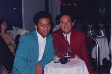 Quốc Việt và ca sĩ Anh Dũng trong kỳ thi Tuyển Lựa Ca Sĩ do nhạc sĩ Ngọc Chánh và vũ trường Ritz tổ chức năm 1993