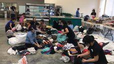 Các tình nguyện viên đang phân loại đồ quyên góp tại Chùa Liên Hoa, Houston, Phạm Phú Thiện Giao