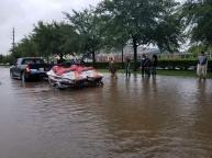 Một nhóm người Việt tham gia cứu hộ tại Houston (ảnh: Facebook Duc Nguyen)