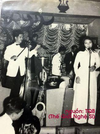 CA SĨ PHƯƠNG NGA (HOUSTON - TX) Nhân dịp đọc báo Thế Giới Nghệ Sĩ do anh Bảo gửi, đặc biệt về số nhạc sĩ Đan Thọ, xin gửi tặng anh tấm hình nhạc sĩ Đan Thọ kéo violin bài Chiều Tím tại nhà hàng Bồng Lai (Saigon) năm 1965. TRẢ LỜI Tấm hình này sẽ được đăng ngay trong số này. Có lẽ MC, nhạc sĩ Vân Quang sẽ tiếc nhớ lắm, vì Ông cộng tác với phòng trà Bồng Lai từ năm 1963-1964, đến năm 1965, Ông lại sang Arc En Ciel làm việc nên không có mặt trong bức ảnh này. Đây là 1 tấm hình rất quý với nhạc sĩ Đan Thọ đang kéo đàn violin bài Chiều Tím (do Ông sáng tác, lời nhạc của Đinh Hùng) và người mặc áo dài trắng đang hát trong hình, chính là ca sĩ Phương Nga, người tặng bức hình này cho Thế Giới Nghệ Sĩ. Cám ơn chị rất nhiều.